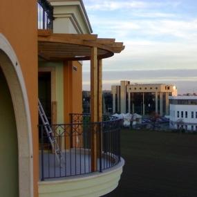 Pergolato curvo su balcone (2)